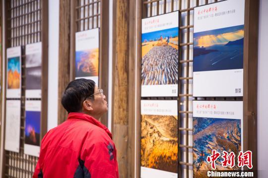 精美的照片吸引摄影爱好者驻足观赏。 李南轩 摄
