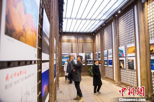 展览吸引了众多摄影爱好者前来观展。 李南轩 摄