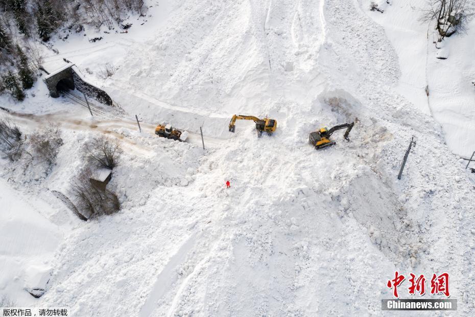 连日暴雪铁路被埋 瑞士滑雪胜地1.3万游客被困