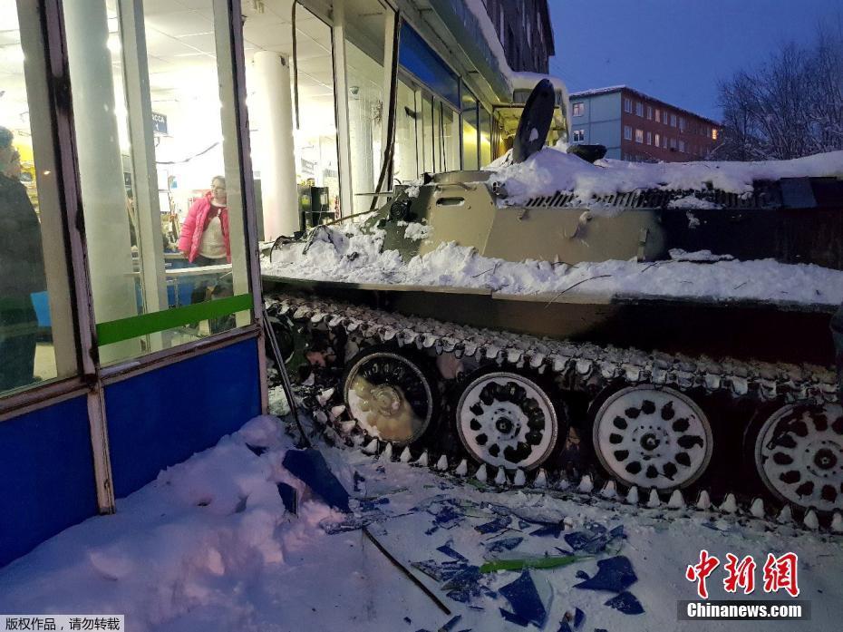 只为抢一瓶酒 俄罗斯男子开装甲车直接闯进超市