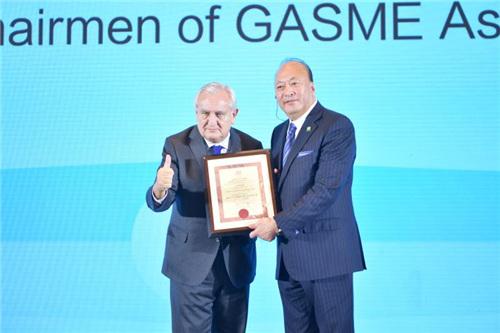 拉法兰先生为李金元董事长颁发全球中小企业联盟中国区高级副主席聘书