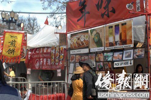 1月14日洛杉矶华人工商展食物街上,可以找到不少具有中国地方风姿的美食、小吃。(美国《侨报》记者章宁摄)