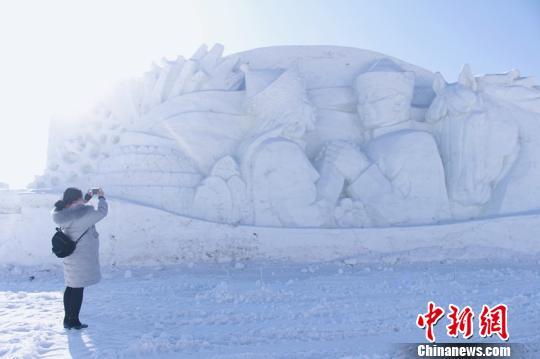 图为呼和塔拉冰雪旅游文化节雪雕。 陈峰 摄