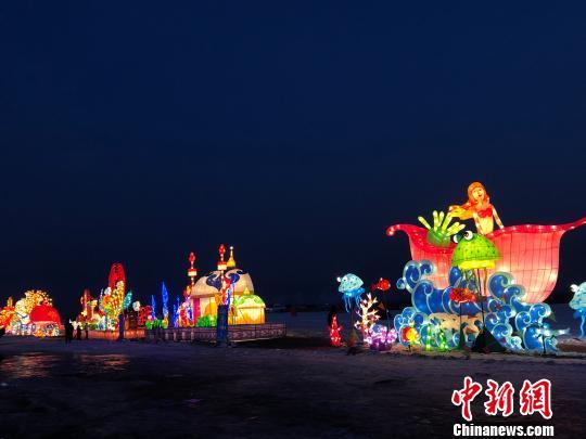 图为呼和塔拉冰雪旅游文化节LED雕。 陈峰 摄