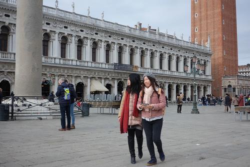中国侨网威尼斯圣马可广场上的中国游客。(《欧洲时报》意大利版/特约记者 刘欣摄)