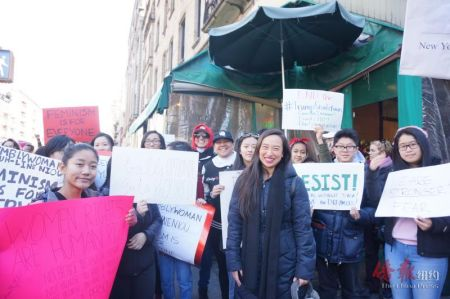 牛毓琳与参与游行的亚裔青年合影