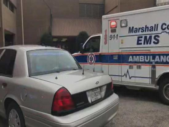 学校前警车和救护车.jpg