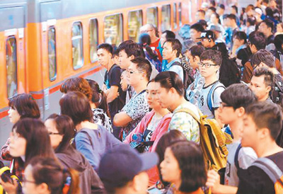 农历春节期间,台湾的火车站同样人潮汹涌。.jpg