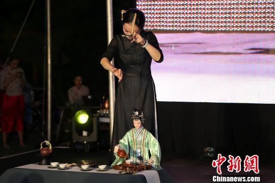 """""""丝道茶道""""艺术团艺人外演客家木偶(提线木偶)倒茶。 宋方灿 摄"""