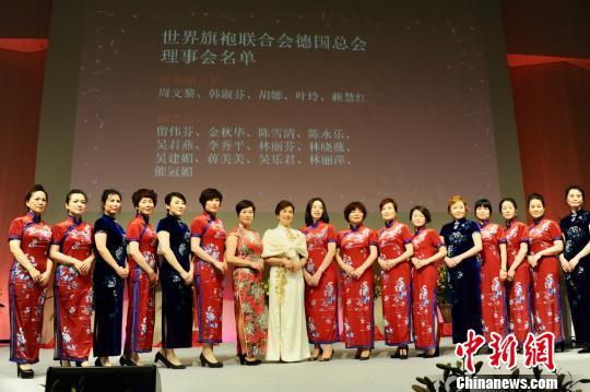 图为会长蒋海英(左七)与理事会成员合影。 彭大伟 摄