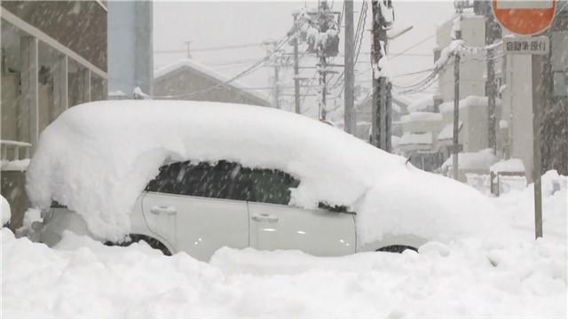 日本北陆地区大雪来袭福井县部分地区交通瘫痪