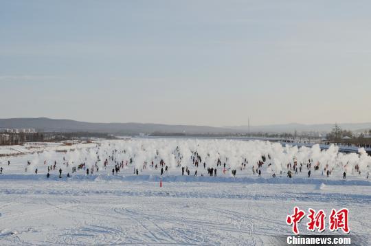 """中国""""北极""""漠河上演""""千人泼水成冰""""壮观景象"""