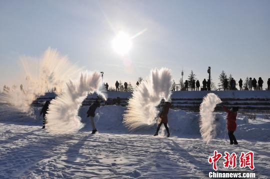 """游客在黑龙江漠河体验""""花式泼水成冰"""" 王景阳 摄"""
