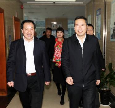 西安市委常委、市委秘书长卢凯在陕西省洛阳商会会长周长伟的陪同下进入会议室.png