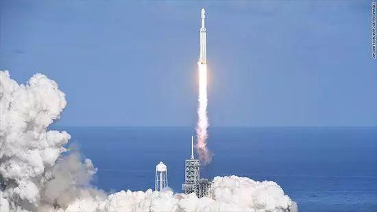 """美国发射""""猎鹰""""开启新一轮太空竞赛?"""