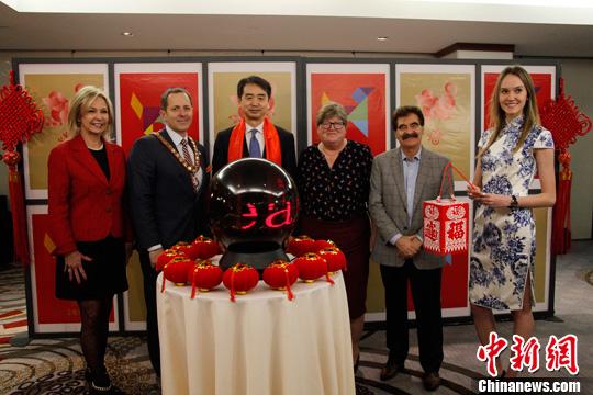 """中国驻多伦多总领事何炜(左三)、尼亚加拉瀑布市市长迪奥达蒂(左二)等在大瀑布""""亮红""""仪式上合影。余瑞冬 摄"""