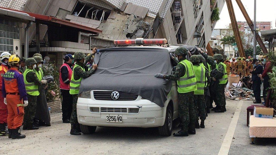 台搜救现场发现2具陆客遗体 确认5人震前未离开