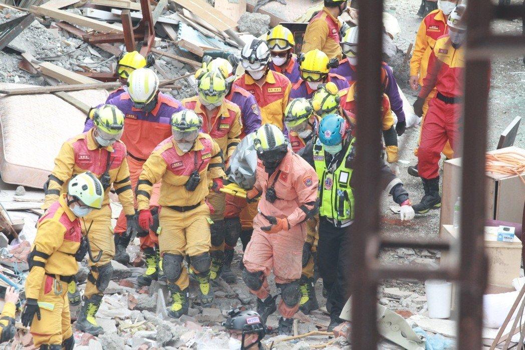 台湾救援队发现第三具陆客遗体 12岁男孩确认罹难