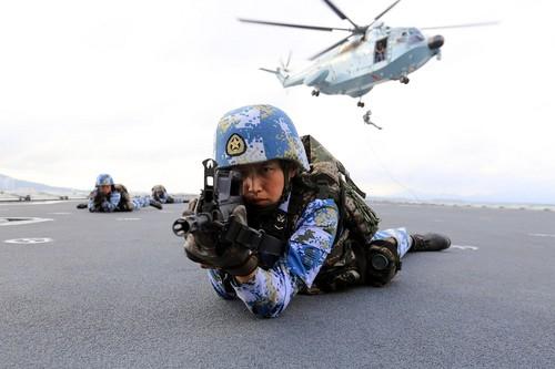 航渡途中,两栖侦察女兵队女兵进行直升机滑降训练 严家罗摄.jpg