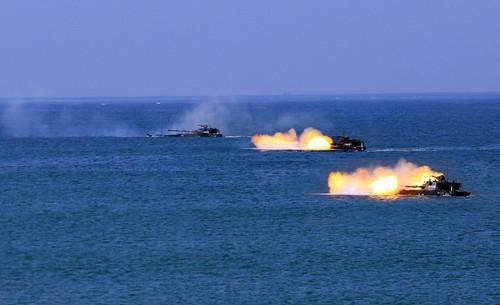 两栖突击车进行海上浮渡射击尚文斌摄.jpg