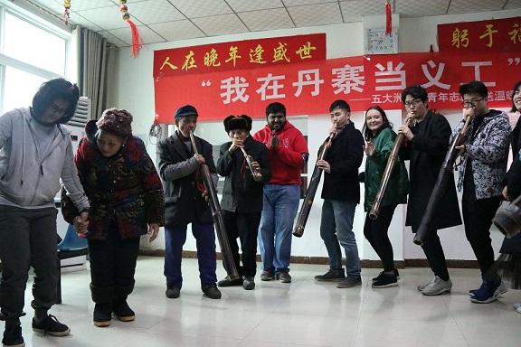 外国志愿者与丹寨县扬武镇敬老院老人们一起吹芦笙、跳芦笙舞 (1).JPG