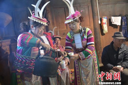 图为村民为游客倒上自制的青稞酒。 杨勇 摄