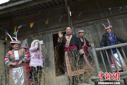 图为村民与游客挥手告别。 杨勇 摄