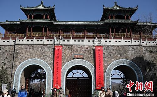 南京明城墙十二座城门挂春联添年味