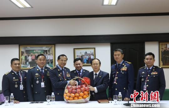 柬暹粒机场移民局官员向中国使馆驻暹粒领事办拜年