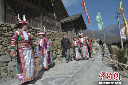 图为村民向游客介绍上壳子古藏寨。 杨勇 摄