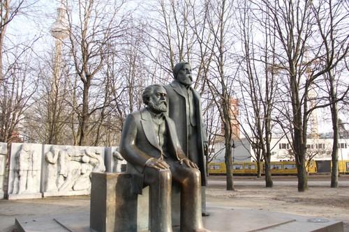 位于德国柏林亚历山大广场一隅树丛内的马克思与恩格斯雕像。 本报记者 冯雪珺摄.jpg