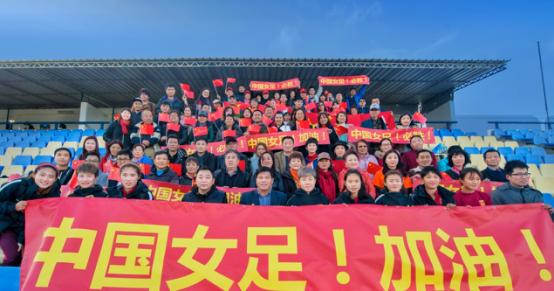 旅葡华侨为阿尔加夫杯中国女足对葡萄牙揭幕站助威24.png