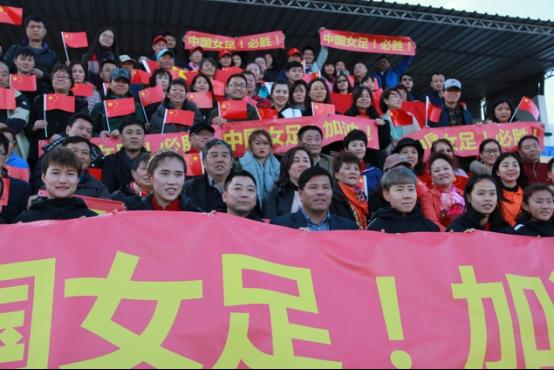 旅葡华侨为阿尔加夫杯中国女足对葡萄牙揭幕站助威783.png