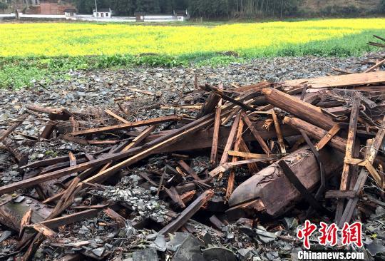 如今敦伦祠的轰然倒塌,让当地村民感到痛心惋惜。 钟欣 摄