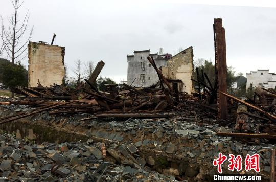 3月4日,江西省婺源县思口镇漳村一座距今近三百年的王氏敦伦祠被暴风雨刮倒。 钟欣 摄
