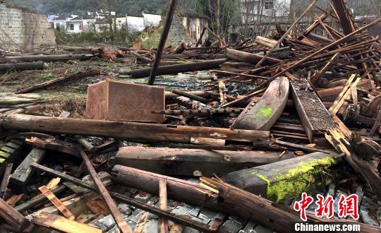 3月4日,江西省婺源县思口镇漳村一座270多年历史的王氏敦伦祠被暴风雨刮倒。 钟欣 摄