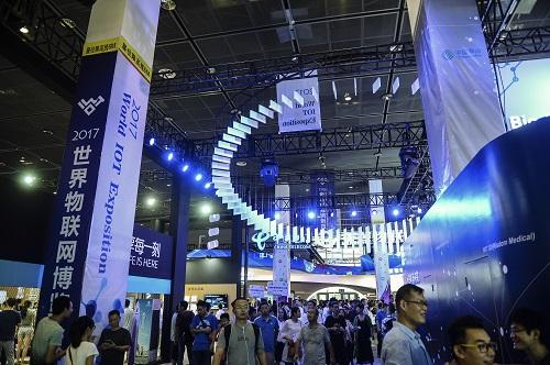 2017年9月10日,在无锡举行的2017世界物联网博览会上,观众在参观展览会。新华社记者 季春鹏 摄