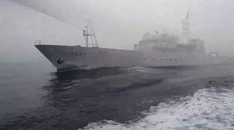日本舰艇对台渔船使用水炮。(图片来源:脸书)