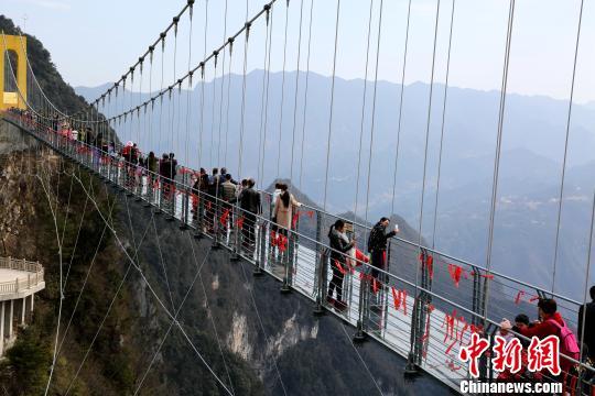 万源八台山玻璃桥上的首批游客。 陈本强 摄