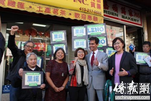 中国侨网支持者一起为雷诺站台打气。(美国《侨报》/陈勇青 摄)