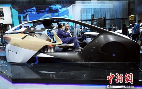 在上海举行的2017年亚洲消费电子展上,一款无人驾驶概念车吸引了众多参观者的目光。<a target='_blank' href='http://www.chinanews.com/'>中新社</a>记者 汤彦俊 摄