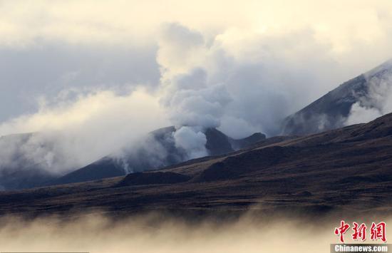 资料图:2012年,新西兰北岛中部的汤加里罗火山突然爆发。(图片来源:CFP视觉中国)