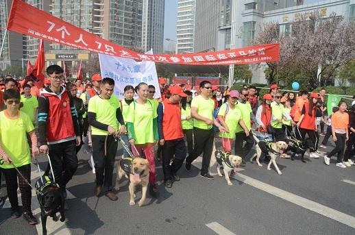 中建七局建装公司青年志愿者们牵手七位盲人朋友圆梦马拉松.JPG