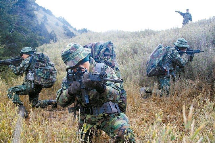 """台陆军航空特战指挥部与美国陆军绿扁帽特种部队,在谷关山区每年固定举行""""互动操演""""。"""