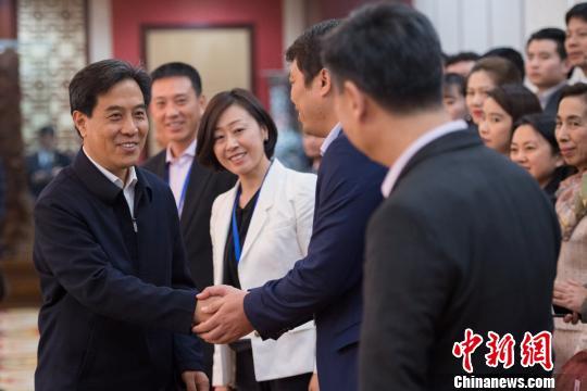 山西省省委常委、常务副省长高建民会见侨领访晋团一行。 韦亮 摄