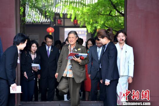 """泰国公主诗琳通参观中国文学家""""三苏父子""""故居写中国书法"""