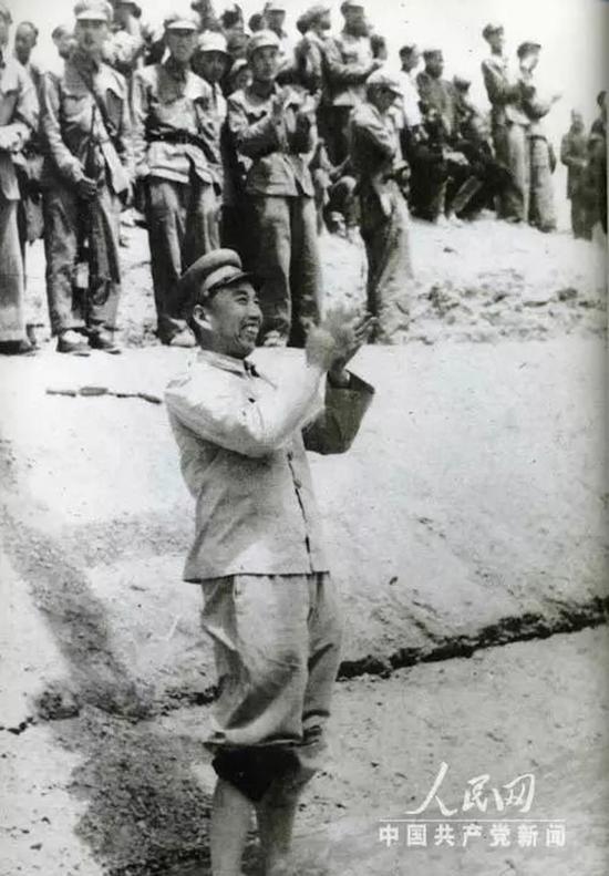 1951年5月,在库尔勒十八团渠放水典礼上,王震兴奋地跳进水渠中。