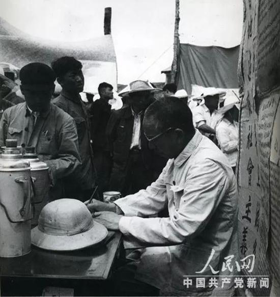 1956年,王震任农垦部部长。这是他在农场现场办公。
