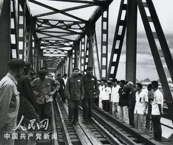 1955年,王震和参加黎湛线铁路通车典礼的华南各界人民代表参观郁江大桥。