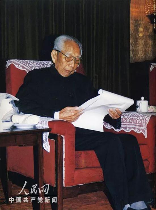 王震在批阅文件。